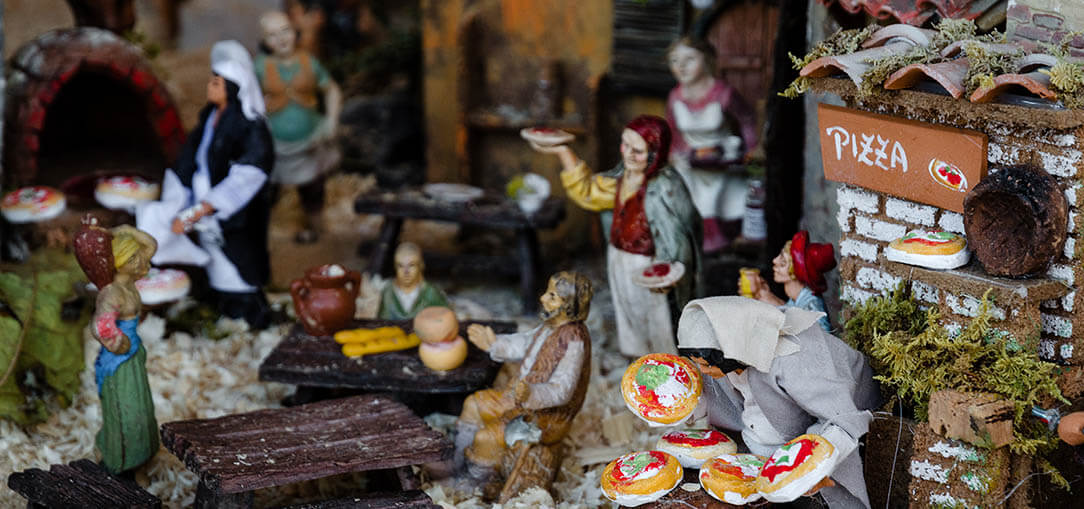 Nativity scene figurines Naples with mini pizza makers